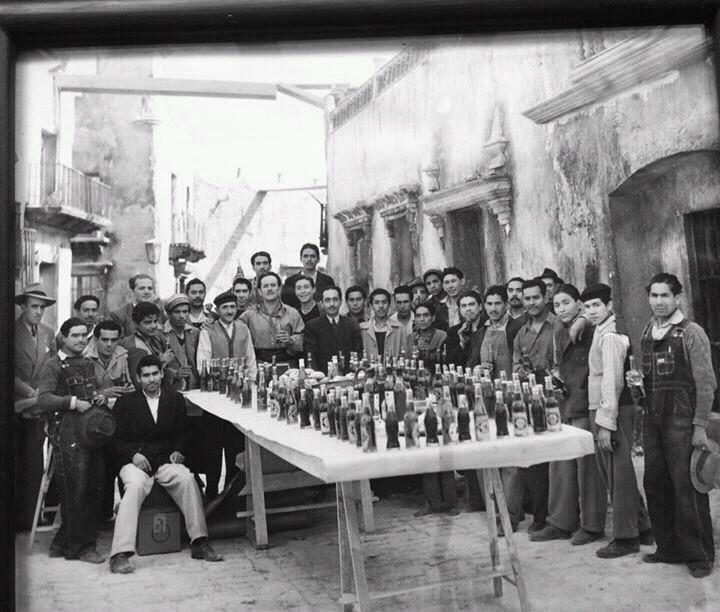 """""""  Pedro Infante con los extras de «Nosotros los pobres» (1948) """""""