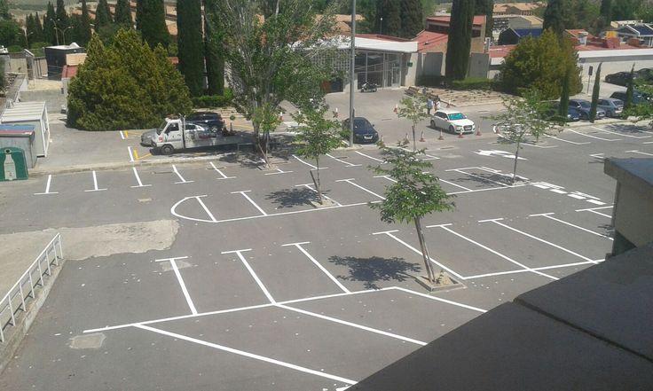 El ayuntamiento señaliza y repita el aparcamiento del cementerio de San Fernando