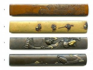 57 4 Kozuka Japan L 9,7 cm - 9,8 cm.   Provenienz: Carlo Monzino (1931-1996), Castagnola.  Verschiedene Metalllegierungen mit diversen Motiven. Unterschiedlicher Dekor mit feinen Details, z.T. mit Gold-, Silber- oder Kupfertauschierungen.  c: signiert.  d: gemäss Sotheby's London (Juni 1996, Lot 128): Nara-Schule, von Haruchika und Joi. Edo-Zeit (18./19. Jh.). Signiert: Nara Haruchika.
