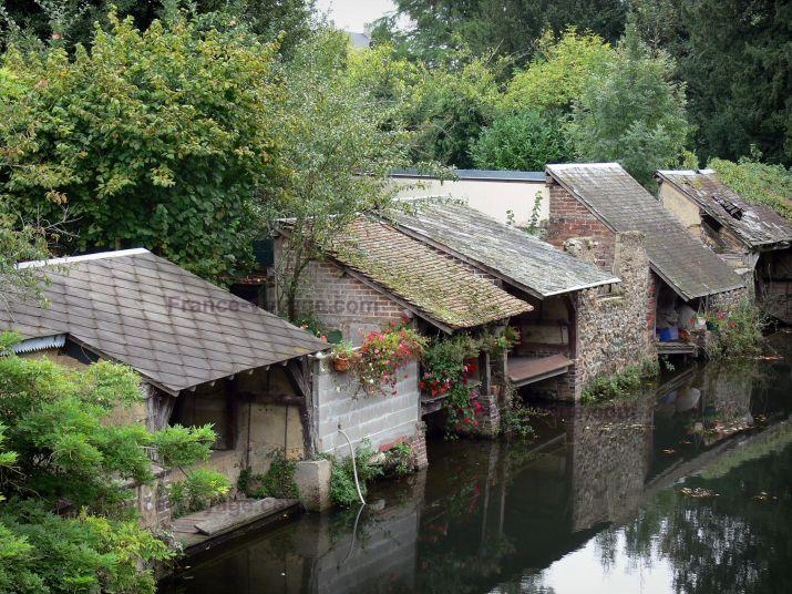 Brou : Lavoirs fleuris (fleurs) au bord de l'eau (rivière Ozanne) et arbres