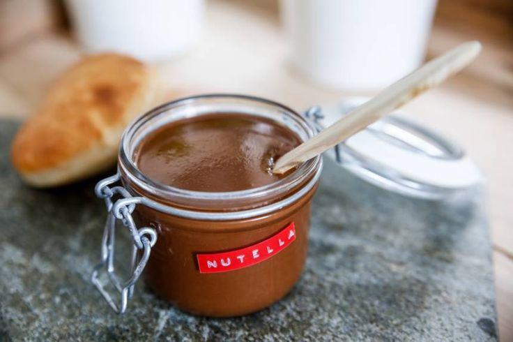Egen Nutella Här kommer det du väntat på; recept på egen Nutella! Ingredienserna är följande; hasselnötter, choklad, olja, florsocker, vaniljsocker och salt. Perfekt som gåva eller present att ge b…