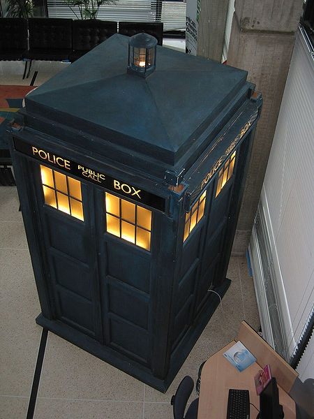DOCTOR WHO'S TARDIS    LOVE  IT!
