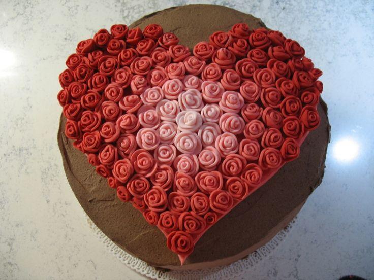 E' molto facile preparare una rosellina in pasta di zucchero, da usare come decorazione sulle vostre torte