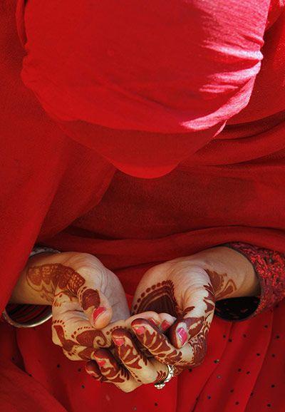 Lahore, Pakistan: A girl prays