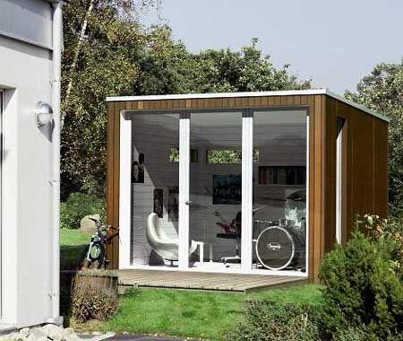 """Ett välbyggt och multifunktionellt litet hus på 10 kvadratmeter är """"Enkelrummet"""" från 436 Design AB. Träaltanen kan även fungera som vindbrygga, om du vill stänga till exempelvis över vintern."""