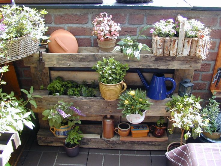 regal aus einer europalette mit pflanzen balkon. Black Bedroom Furniture Sets. Home Design Ideas