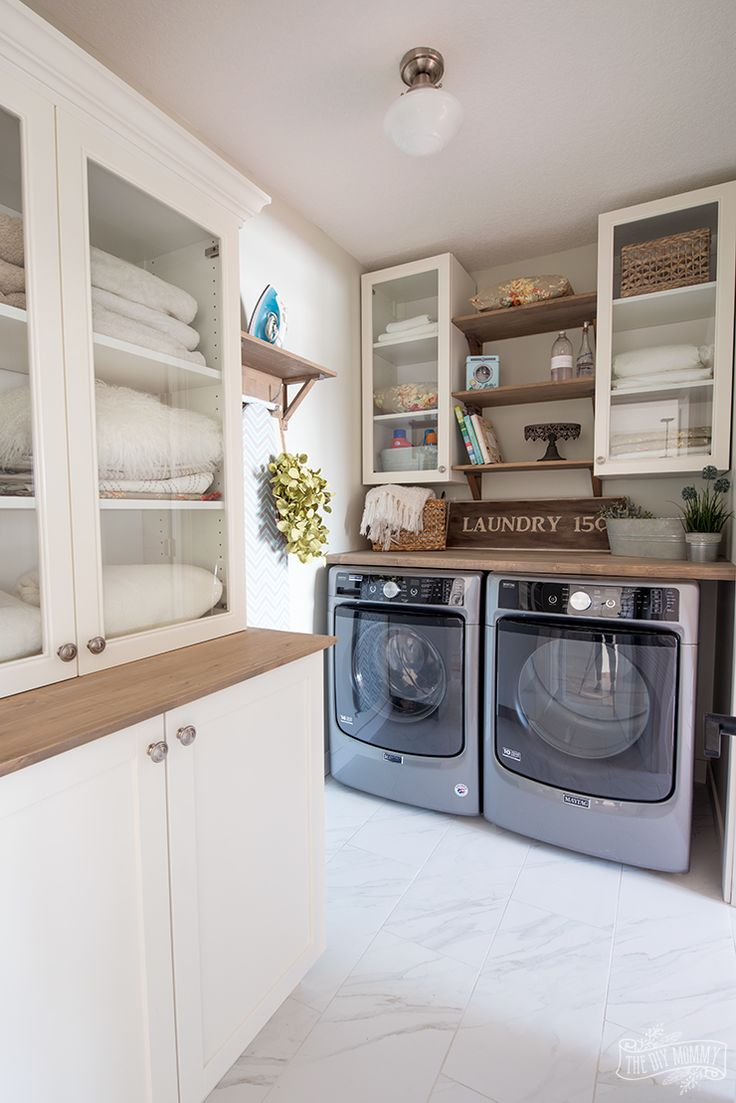 Farmhouse lake cottage laundry room design in