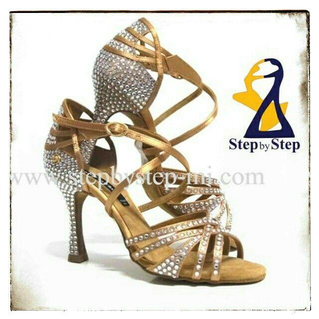 Sandalo in raso carne chiaro con strass crystal #stepbystep #scarpedaballo #danceshoes #bachata #salsa #sandal #sandali #strass #rhinestones