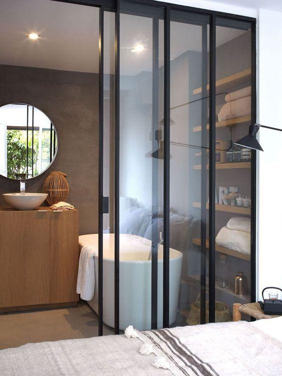 Une séparation tendance entre la chambre et la salle de bain avec une verrière coulissante    http://www.homelisty.com/verriere-interieure/