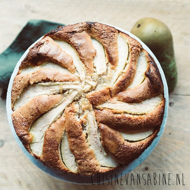 Mooie luchtige perencake met speculaas en custard   Fluffy cake with pear and custard