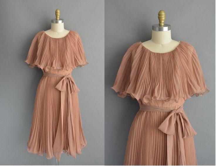 Vintage jaren 1950 bruin chiffon jurk met een prachtige accordeon plooien in de hele, grote over formaat kraag, vleiende gesmoord taille past, wikkel rond stropdas riem, volledige rok, rits sluiting, bekleed binnen terug.  ✂---M E EEN S U R E M E N T S--- best past: groot  Bust: 38 Taille: 30 heupen: open fit totale lengte: 43  Label/etiket: lotgrootte 14 materiaal: chiffon voorwaarde: uitstekend _______________________________ ☆ Bezoek de winkel ☆ http://www.etsy.com/shop/simplicityisbliss…