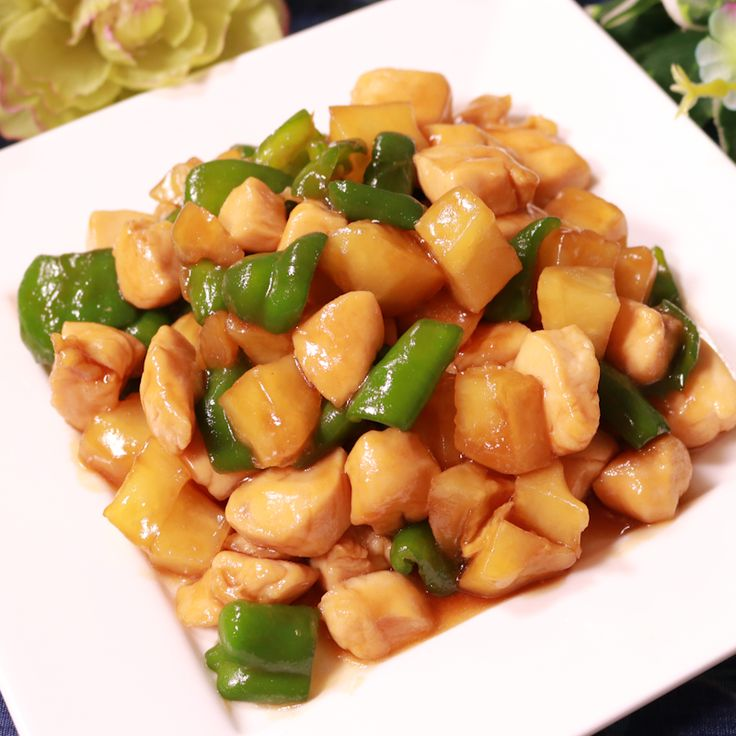 「ジャガイモとピーマンの中華風炒め」の作り方を簡単で分かりやすい料理動画で紹介しています。中華料理で人気の鶏肉とピーマンのカシューナッツ炒めを、ジャガイモで代用した料理です。 ジャガイモを使用することで、材料も揃いやすく、味も馴染み、お子さんでも食べやすくなっています。 お好みで豆板醤を入れても美味しく仕上がります。