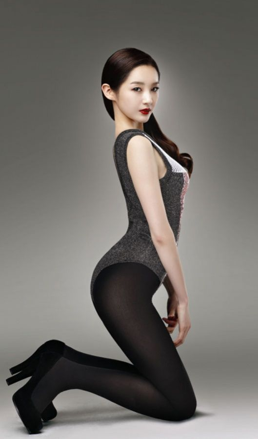 K-Pop Star Kang Min Kyung Strains Her Back For Cosmetic Ad