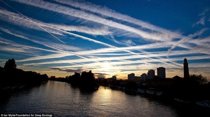 Repülők csíkjai London egén egy átlagos napon