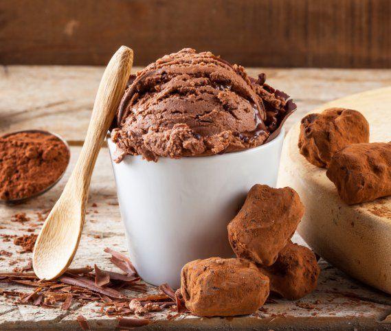 Fare il gelato al cioccolato senza latte ha due vantaggi: il primo che mette al riparo dall'intolleranza al lattosio, la seconda che in realtà con questa