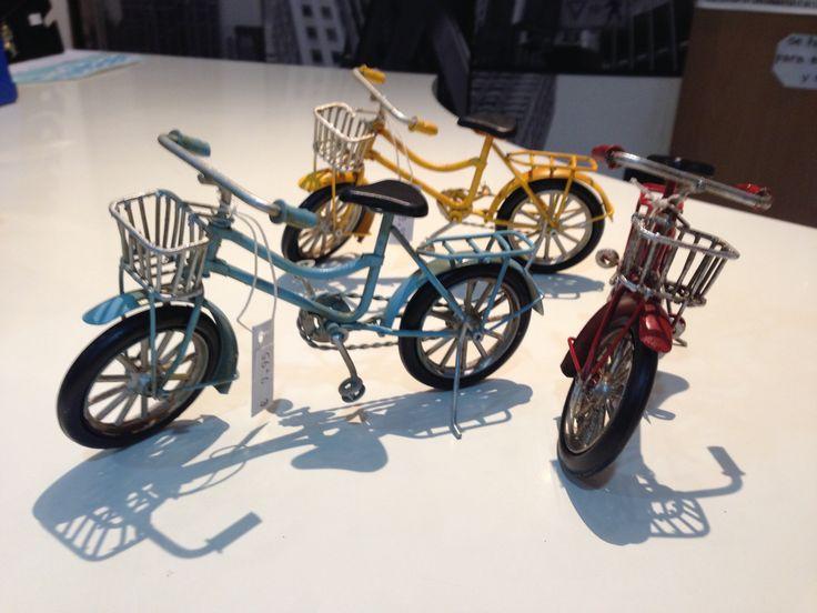 Bicicletas de hierro forjado en tres colores