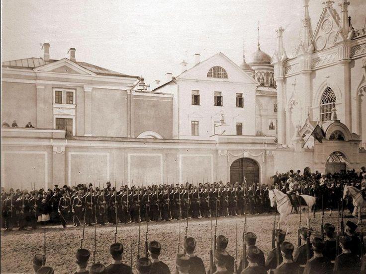 La période officielle de couronnement fut déclarée du 6 au 26 mai. Sur la photo : L'empereur Nicolas II (sur un cheval blanc) avec son entourage lors de l'entrée solennelle.