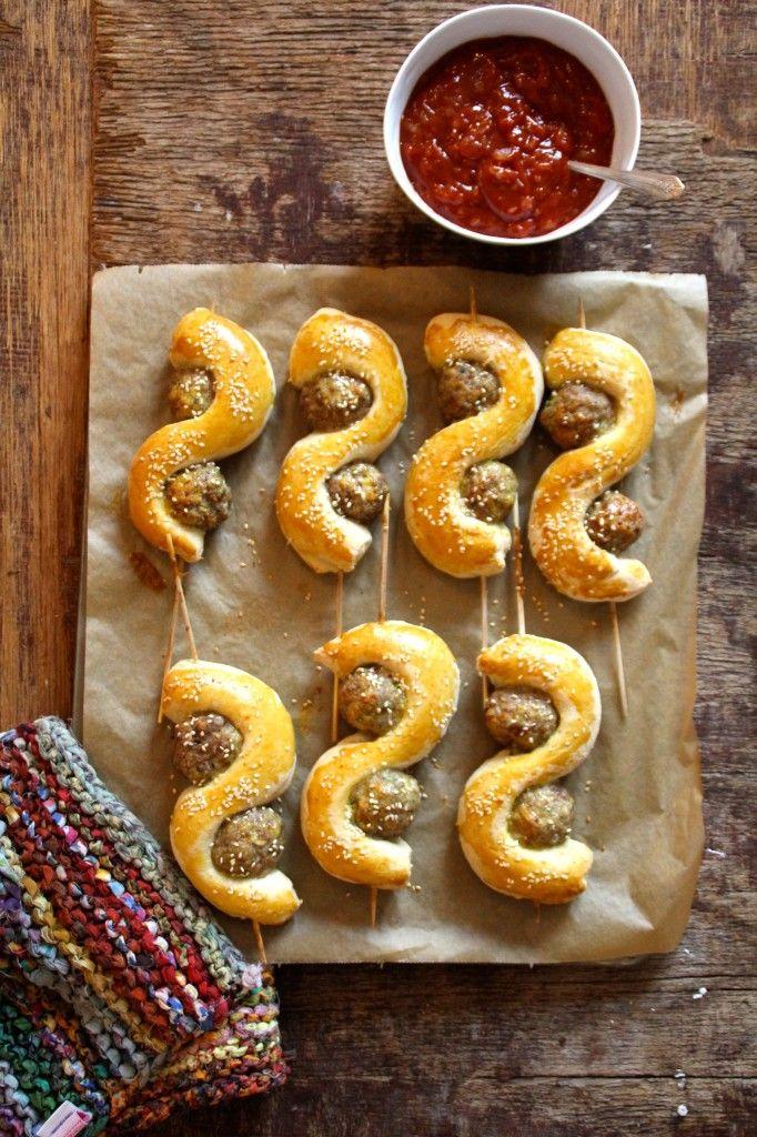 Kjøttboller og brød på pinne - en morsom og enkel partyrett eller hva med å servere som lørdagskos istedenfor pizzaen. Oppskrift finner du på Mat på Bordet.