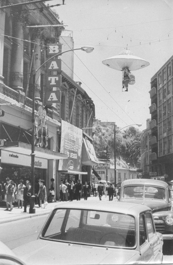 "Valparaíso, Chile ca.1964. Descendiendo de un OVNI, un ""Viejo Pascuero"" llega hasta la antigua tienda Bata de calle Condell, a pasos de la Plaza Aníbal Pinto. #Valparaiso #Batachile #Batashoes #Vintage #Advertising #Santaclaus  #Christmas #Orgullo"