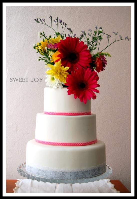 Fun wedding cake with daisies