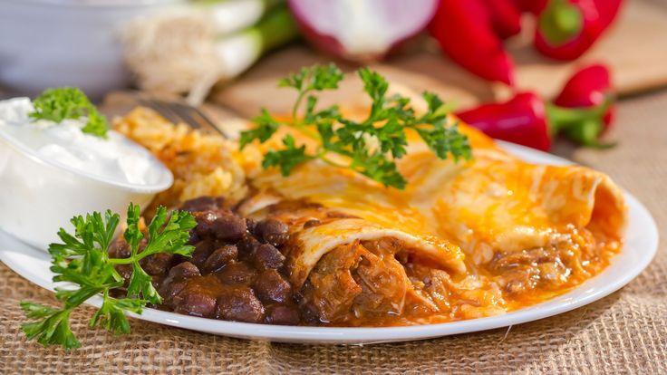ENCHILADA  COMIDA TÍPICA DE MÉXICO Laenchiladaes un plato característico de lagastronomía mexicanaque consiste en una tortilla de maíz bañada en salsa picante. La salsa se elabora con chile, por lo tanto es muy picante. Las enchiladas se pueden rellenar de cualquier tipo de carne (pavo, res, pollo…) o también de queso.