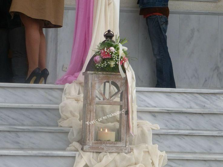 φαναράκι στολισμένο με φυσικά λουλούδια σε αποχρώσεις του ροζ-ιβουάρ