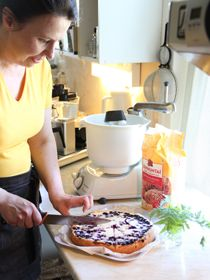 Emäntä leipoo Keltaisen Talon kahvilan herkut alusta asti itse. Muistatko miltä uunituore mustikkapiirakka tuoksuu ja maistuu? / Heli has just made one more blueberry pie at Keltainen Talo, The Yellow Country House in Pälkäne, Finland.