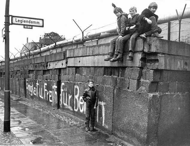 Berlin Duvarı, şehrin başkentlik tarihini de ilginç bir şekilde etkilemiştir. 1871-1945 tarihleri arasında başkent olan Berlin, Soğuk Savaş yıllarında yalnızca Doğu Almanya'nın başkenti olmuştur.