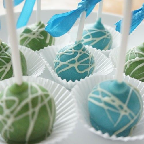 Cake pops are the ideal treat! Especially kids love this small cake balls on a stick. Pops are easy to make. First you will bake the balls in the cakepop maker and then you will dip them in melted candy melts.