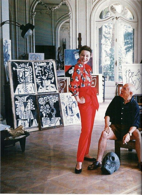 Picasso con la modelo Bettina Graziani en su villa de Cannes. Ella lleva blusa con print cubista, exclusiva del pintor para Claire McCardell.