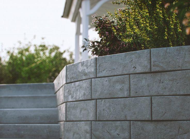Få inspiration till hur du kan göra din trädgård till dina drömmars trädgård med marksten, plattor och murar och andra betonglösningar.