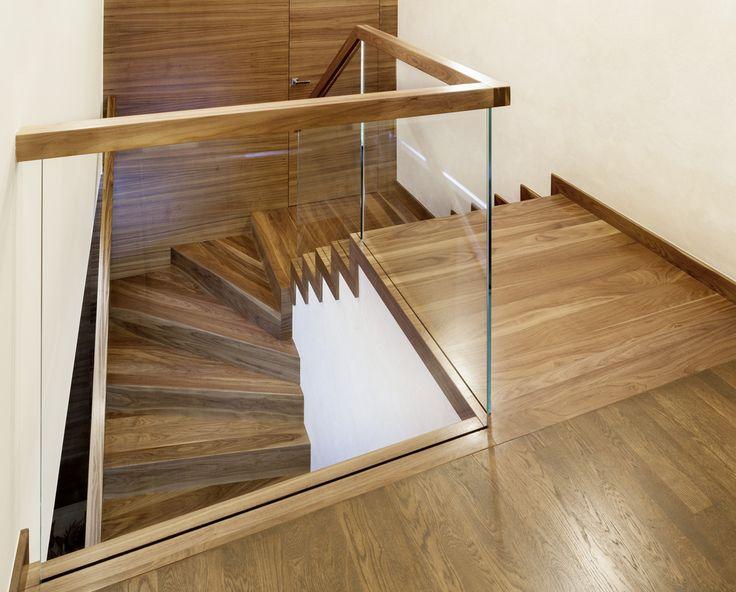 www.trabczynski.com ST872 Schody dywanowe wykonane z orzecha amerykańskiego, częściowo osadzana na wylewce betonowej. Balustrada ze szkła z drewnianym pochwytem. Realizacja wykonana w domu prywatnym , projekt – TRĄBCZYŃSKI / ST872 Zigzag stair made of American walnut. Balustrade made of glass with wooden handrail. Private residential project, designed by TRABCZYNSKI