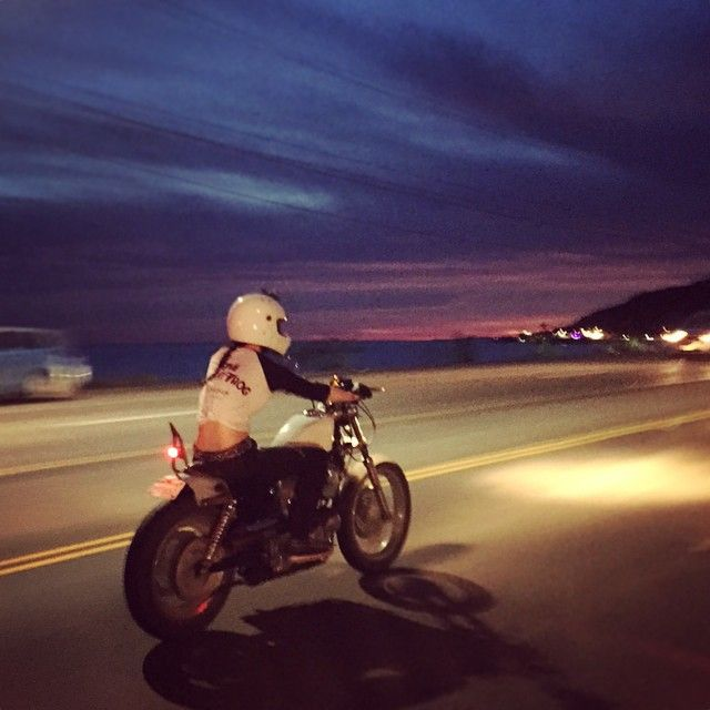 Beautiful summery sunset ride tonight with @lonewolfbastard  and @motelcoste! Dimitri snapped this pic of me as we got onto the PCH ✨⚡️