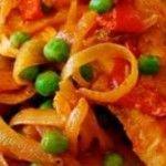 Com uma receita simples, você prepara o almoço em 25 minutos. Um ensopado com frango refogado com linguiça, cebola e alho; cozido com caldo de legumes e molho de tomate; acrescido de batatas e ervilha.