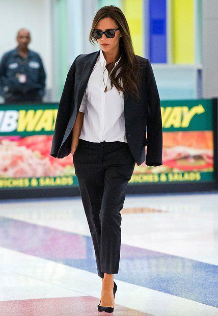 Fashion-Looks: Schwarzer Anzug, weißes Hemd: Das ganz klassische Outfit gehört zu Victoria Beckhams Favoriten.