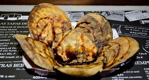 Crujientes chips de berenjena con miel de caña | Gastronosfera