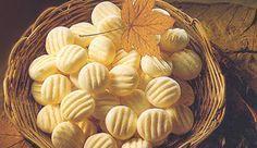 Sequilhos - 1 lata de Leite MOÇA® Tradicional 2 ovos 5 colheres (sopa) de manteiga , em temperatura ambiente (65g) 1 colher (chá) de sal meia colher (sopa) de essência de baunilha 2 colheres (sopa) de fermento químico em pó 5 xícaras (chá) de amido de milho , aproximadamente (575g)