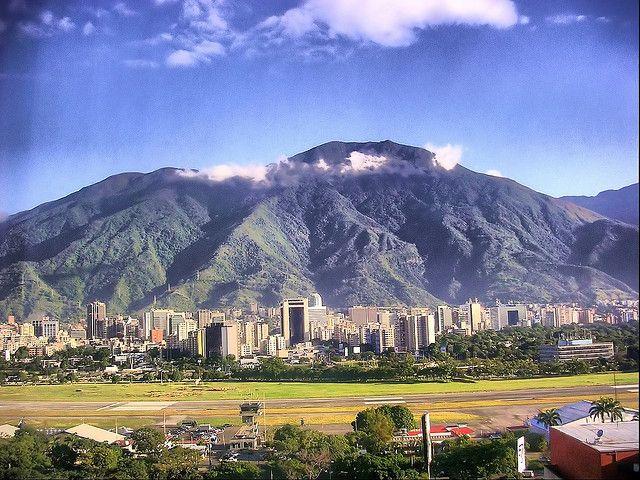 Caracas (Venezuela). Cerro el Ávila y pista del aeropuerto de la Carlota.   por josemazcona