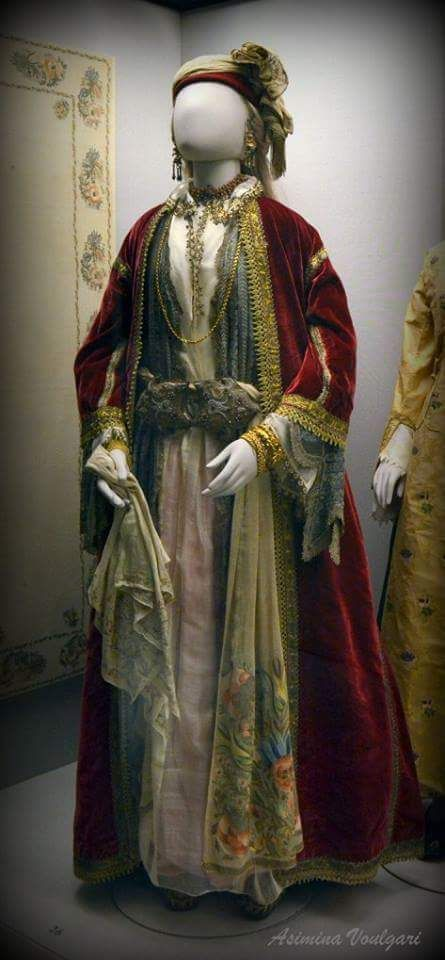 Γυναικεία φορεσιά από την Κωνσταντινούπολη. Φωτογραφία: Ασημίνα. Βούλγαρη.