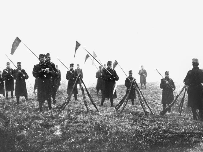 (130) - 1GM10 - 23 de julio 1914: Austria entrega su ultimátum a Serbia y comienza la preparación para la guerra, El ultimátum tenía fecha de vencimiento el 25 de julio. Sus términos exigían que Serbia llevara a cabo una serie de acciones en contra de los elementos anti-austriacos en el país, incluyendo la prohibición de la propaganda, la eliminación de ciertas autoridades y disolver las organizaciones nacionalistas serbias.