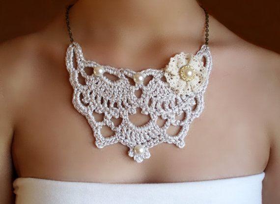 Collar #Victoriano tejido en crochet plateado. Diseño original de  DIDIcrochet en Etsy, €21.00 https://www.etsy.com/es/shop/DIDIcrochet #crochet #CrochetNecklace #CrochetJewelry