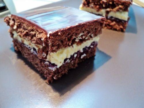 Ciasto czekoladowe z delikatnym kremem waniliowym z kwaśnym dżemem porzeczkowym