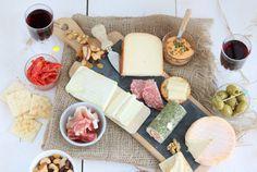 Borrelplank met kaas, worst en wijn. Plus tips voor een feestelijke presentatie.