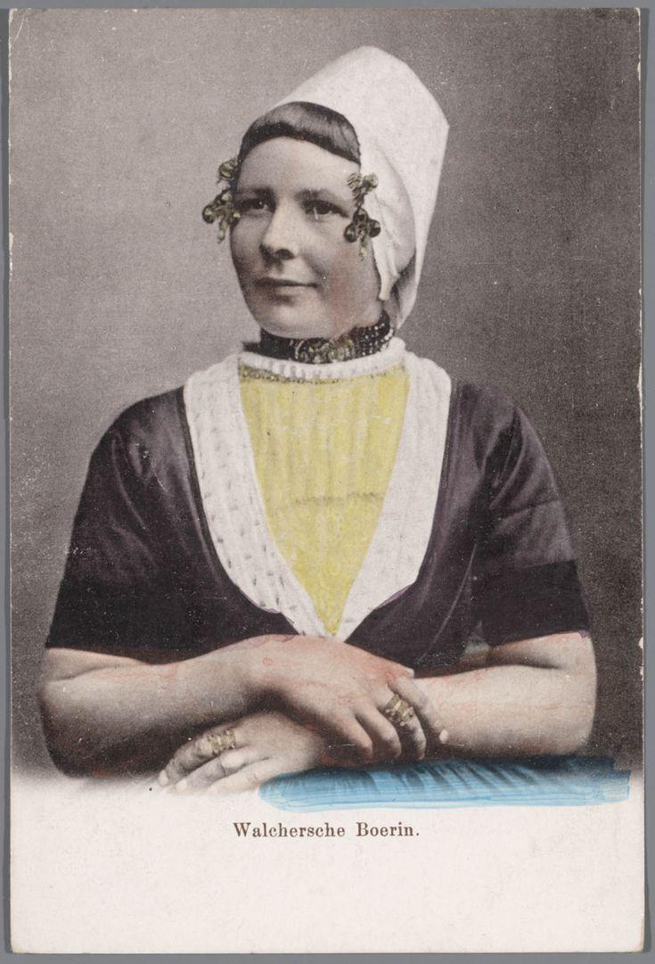 Jonge vrouw in Walcherse streekdracht. Aan de gouden 'krullen' (oorijzeruiteinden) hangen klaverbladvormige gouden oorijzerhangers. voor 1905