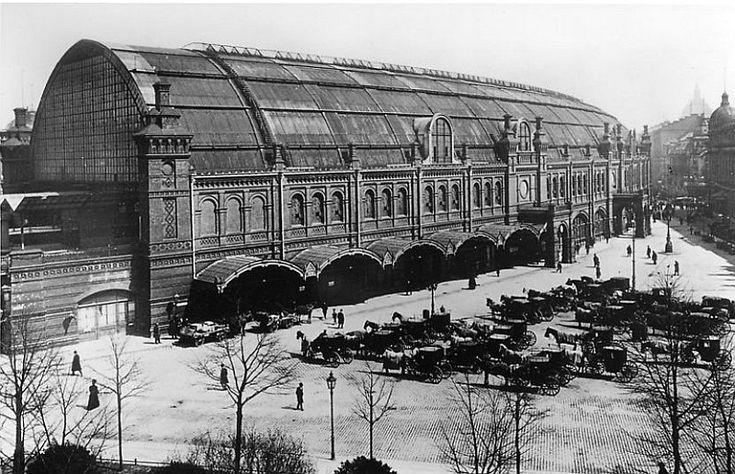 Berlin, Bahnhofsgebäudes Friedrichstraße von der Georgenstraße inkl. wartender Pferdedroschken. Um 1905.