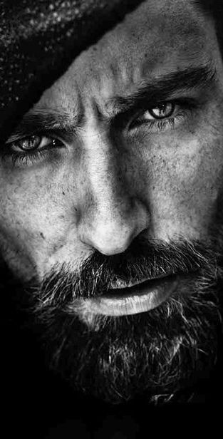 Portrait - Close-Up - Beard - Black and White - Photography - Pose Idea