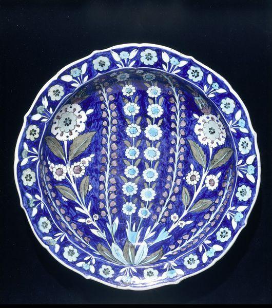 Dish Iznik, Turkey 1545-1550 Fritware, polychrome underglaze painted, glazed London, V, C.2001-1910