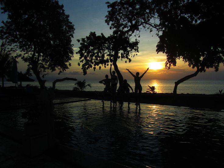 P1 #BattlePhoto Silhouette... entre amis, au soleil couchant, au bord d'une piscine à Lovina (Bali)