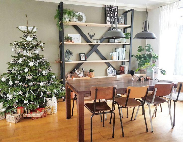 Using old schoolchairs for Christmas #christmas#christmastree#holidayseason#diy#shelvingunit#industrialdesign#industrieel#interior#eetkamer#dining#schoolchairs#schoolstoelen#