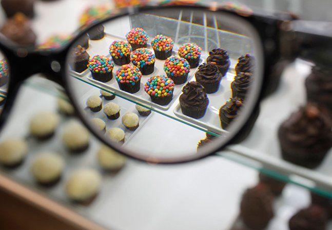 Já aconteceu com (quase) todo mundo que precisa de óculos, mas não permanentemente. Você sabe que precisa, você curte colocar os óculos, mas como você consegue enxergar seu prato de comida sem eles, acaba esquecendo. E depois vem aquele momento em que você entra no carro cheio de pressa, procura pelos óculos para dirigir sem colocar sua vida em risco, e percebe que os deixou em casa (só não sabe onde). Agora imagine se pudesse ter vários óculos espalhados pelos lugares-chave do seu…